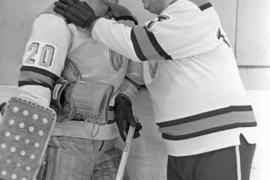 Как тренер Анатолий Тарасов помогал своим игрокам в Швеции спортивную форму покупать