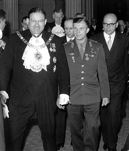 Гагарин и английская королева фото