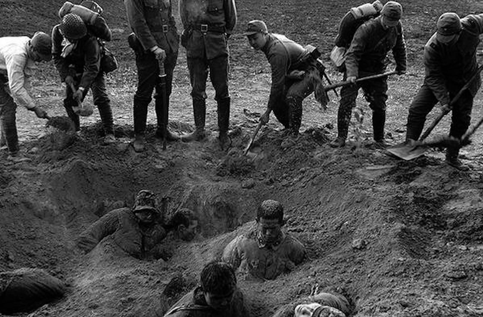Японские солдаты закапывают заживо китайских военнопленных